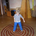 Balancieren auf der Labyrinthplatte
